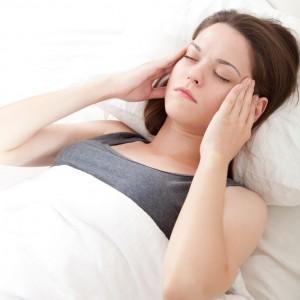 ból głowy dotykający kobietę podczas snu
