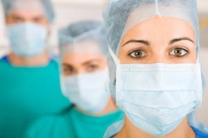 usuwanie migdałków przez grupę lekarzy specjalistów