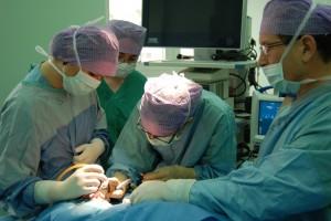 zabieg laryngologiczny prowadzony przez profesjonalnego laryngologa