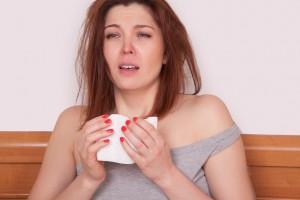 zatkany nos u kobiety leżącej w łóżku