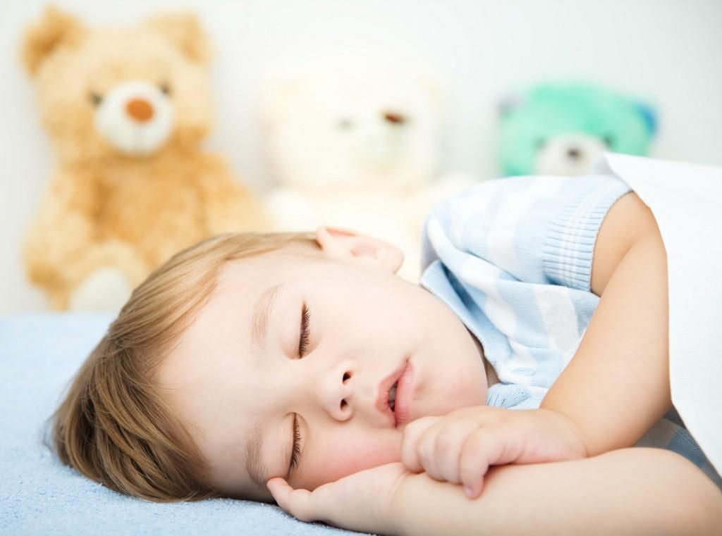 chrapiące dziecko podczas snu