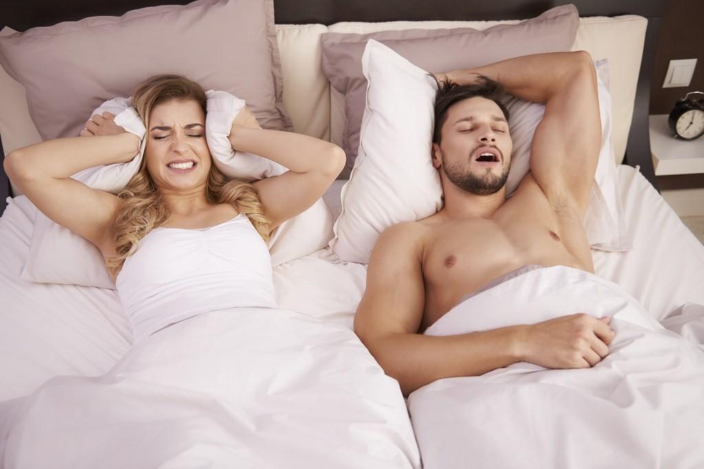 chrapiacy mąż w sypialni jest ciężarem dla żony