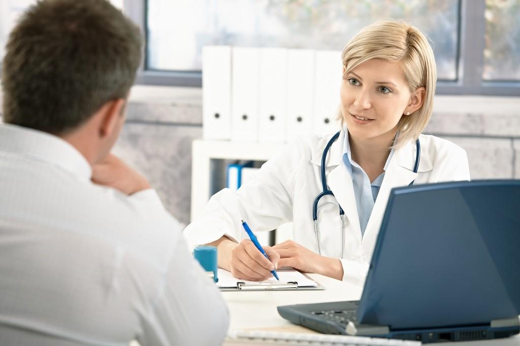 rozmowa pacjenta z lekarzem notującym wywiad